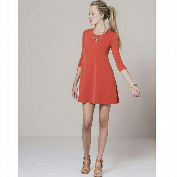 #Lookdodia com vestido fluido evasé uma cor fantástica! Você poderá também utilizá-lo para a nova temporada de outono! Disponível em laranja e amarelo mostarda!  www.limalimao.net
