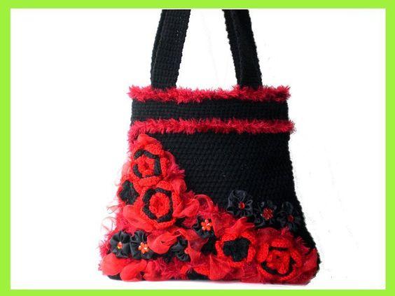 extravagante kleine Häkel-Handtasche in Schwarz und Rot. Verziert habe ich die Vorderseite mit Häkelblumen, Organzaband, Glitzersteinchen, Satinblumen
