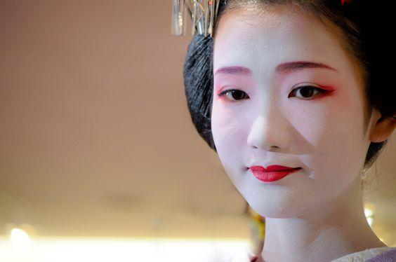 Oiran & Geisha | 1-Geiko Tomoyuki in a street(Source)  2-Geiko...