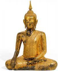 GROßER SITZENDER BUDDHA. Thailand. Um 1800. Bronze mit Lack und Vergoldung, Augen mit Perlmutt eingelegt. Das Gewand des in paryankâsana sitzenden Buddhas ist mit prächtigen Mustern …