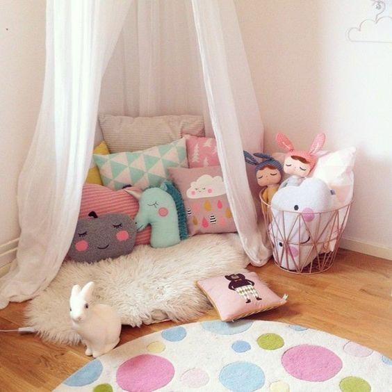 Süßes Babyzimmer mit weißem Gitterbett und Shaggy Teppich