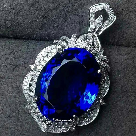 The tanzanite pendant in 18K white gold natural diamonds around Stone specification: 17.2*13.8 Tanzanite weight: 20.6 carats