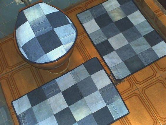 Exclusivo Jogo para banheiro em matelassê (tecido com efeito acolchoado), 3 peças.  Pacthwork em retalhos jeans. Forro em TNT. Medidas aproximadas: * Tapete maior: comp.:70cm / larg.:45cm * Tapete do vaso: comp.:50cm / larg.:50cm * Capa p/ tampa do vaso: comp.:45cm / larg.:39cm (ajustáve p/ qualquer modelo de tampa redonda).   Observação 1: Este jogo não possui o porta papel higiênico.  Observação 2: No caso de encomenda deste produto feito em retalhos de jeans diversos, a imagem final não se...: