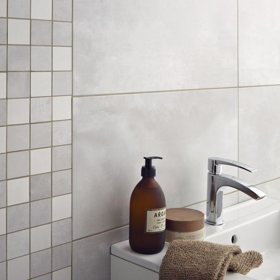 Carrelage mural denver en fa ence gris clair 30 x 60 cm for Faience gris clair salle de bain