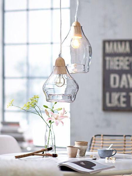 Wie wäre es mit schicken Pendelleuchtenaus Holz und Glas? Die passen zu jedem Wohnstil, und Ihr Essplatz wirkt im Nu modern und einladend.