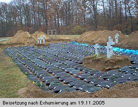 """Massaker von Dürrlettel im heutigen Polen. Beisetzung auf dem Soldatenfriedhof in Neumark. """"Dürrlettel wurde dann von einer nachrückenden russischen Einheit besetzt. """"Damit begann eine Tragödie für die Einwohner, mit Vergewaltigungen und Raubtaten."""