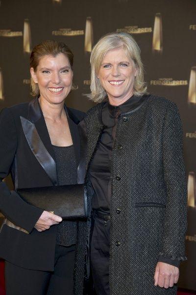 Bettina Böttinger und ihre Lebensgefährtin Martina bei der Verleihung des Deutschen Fernsehpreises 2013 - Heirat 2016 <<