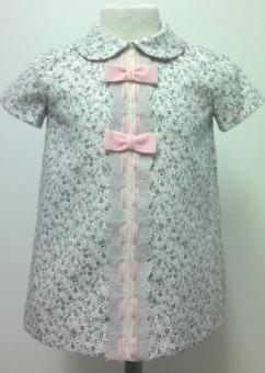 Vestido para bebe niña en villela beige estampado en gris combinado con encaje de bolillos gris y lazo de terciopelo rosa. Forrado. Ropa de bebe de MiBebesito totalmente personalizable. Ideal para regalos, nacimientos, cumpleaños...