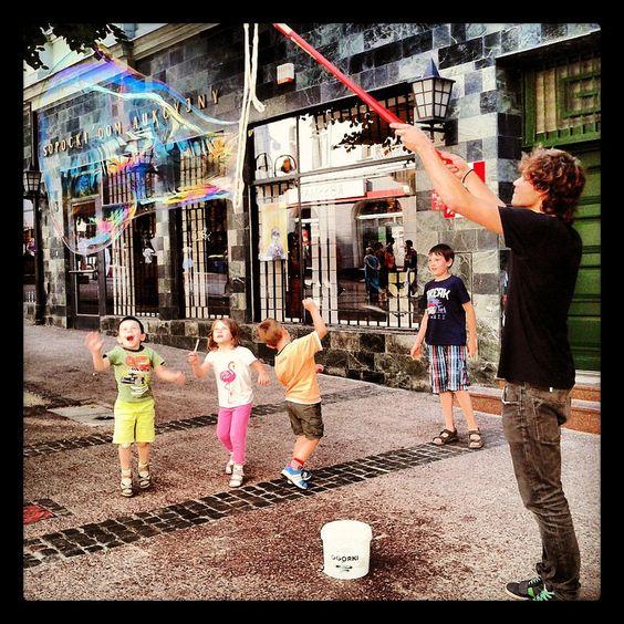 Monte Cassino Street (Monciak) in Sopot is full of life, especially in summer time. Street performers every year are inventing something new to impress passers-by. / Sopocka ulica Monte Cassino (Monciak) jest pełna życia, szczególnie latem. Uliczni artyści co roku wymyślają coś nowego, by zachwycić przechodniów.