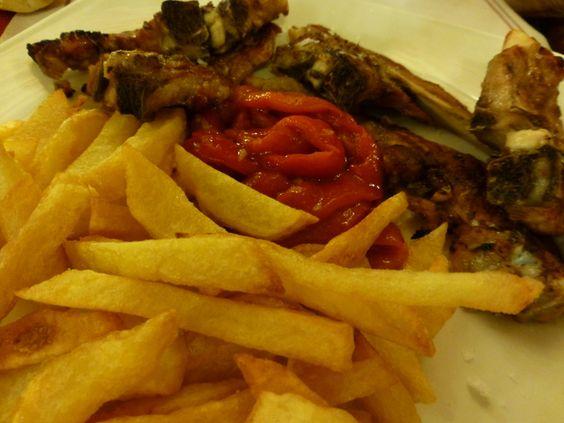 Chuletas de cordero y patatas fritas. Ver receta: http://www.mis-recetas.org/recetas/show/37073-chuletas-de-cordero-y-patatas-fritas