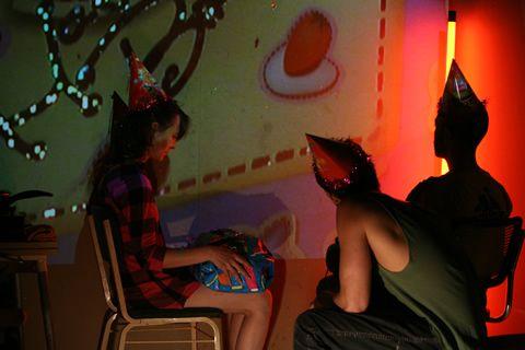 En el museo catedralicio de Jaén hay una imagen inusual de San Lorenzo Mártir, en ella vemos a un Lorenzo desnudo que se retuerce sobre la parrilla mientras es asado… sangra por la nariz, la boca, los ojos y las orejas… sufre… no produce admiración, ni compasión… es una advertencia.   Participan: Luisa Torregrosa, Iván Goto y Ricardo Campelo Parabavides Espacio sonoro: Sm@s# Fotografías: Ricardo Bautista Espacio, iluminación y dirección: Ricardo Campelo Parabavides
