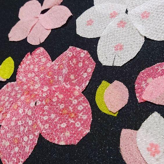 【mm.ori._.pw.hm】さんのInstagramをピンしています。 《花びらの裁断完了🌸 今回花びらは、ちりめんを使ってみた\(^o^)/日本を象徴する桜🌸布も和っぽく♥  #ハンドメイド#ハンドメイドキルト#キルト#キルティング#パッチワーク#パッチワークキルト#タペストリー#桜のタペストリー#ミニタペストリー#桜#さくら#サクラ#友達からのご依頼の品#花びらの裁断#ちりめん#和 #quilting#quilt#handmade#patchwork#handpiecing#handquilting#handquilt#patchworkquilting#patchworkquilt#tapestry#handmadetapestry#sakura》