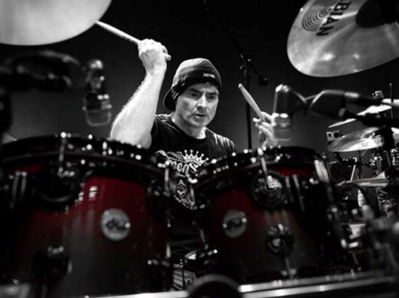 """Na master class """"Clinic'n Concert"""", considerada o melhor workshop de bateria do mundo em 2004 pela revista Modern Drummer, o australiano se apresenta ao lado de sua banda."""