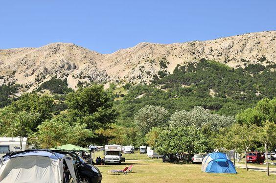 Der Campingplatz Zablace liegt relativ sonnig und ist mit lockerem Baumbestand versehen.