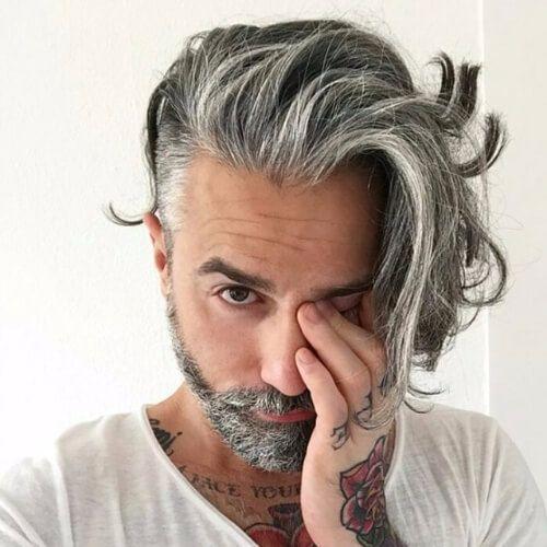 Hombres mayores con pelo largo