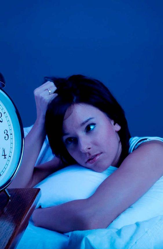 <p>Quando estamos privados do sono, o risco de diabetes, depressão e aumento da doença cardiovascular aumenta consideravelmente. A condição atinge mais as mulheres, que são três vezes mais susceptíveis a ter esse problema do que os homens. A boa notícia é que não precisamos estar à mercê dos padrões de …</p>