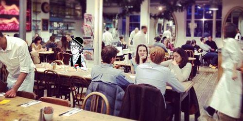 LE 202 // Oublions les cafés hipster de l'East pour se plonger le temps d'un déjeuner dans ce qu'il y a de plus raffiné à l'Ouest: le très trendy 202. Mi-boutique, mi-café. C'est ça le chic! Seules les quelques tables qui jonchent le trottoir laissent d'ailleurs deviner que le 202 fait aussi restaurant. Faut dire que sur Westbourne Grove, la norme c'est clairement les boutiques de fringues: Sandro, Loft, The Kooples… A l'intérieur, il y a souvent la queue, signe de le ...