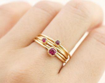 Racha de oro Trinidad anillo se hace de entrelazados 3 textura sólido 14 k de oro anillos con 0,75 mm de espesor. Tan delicado y elegante, anillo de la Trinidad es perfecto para usar solos o apilados con el anillo de diamante de racha de oro que se muestra en la última foto.  ¿Buscando pila perfecto? http://Etsy.me/1Ly5gEg  Descripciones de :: Ancho de banda: 0,75 mm anillos x3 :: Opción material: 14 k amarillo, rosa, blanco de oro (18k, platino disponible) :: Nombre diseño: gol-r103…