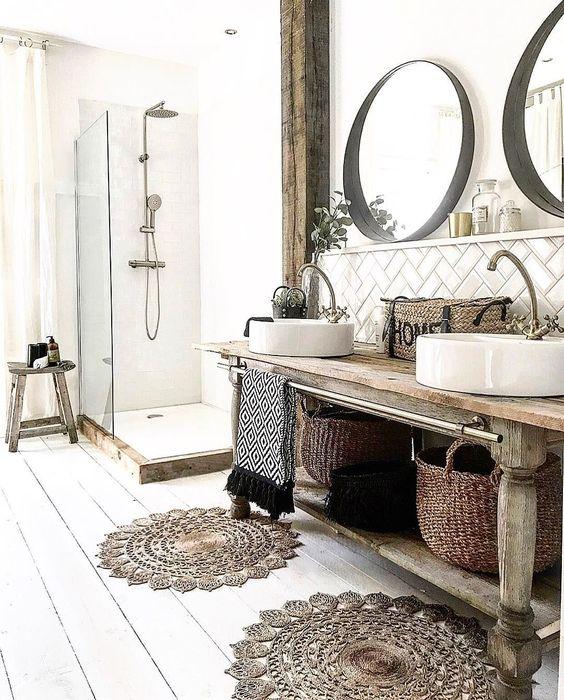 Décoration d'une salle de bain naturelle avec des miroirs ronds