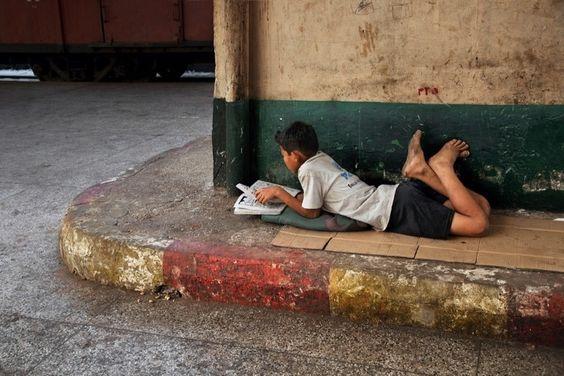 Fotógrafo retrata amor pela leitura captando pessoas pelo mundo 'mergulhadas' em seus livros.