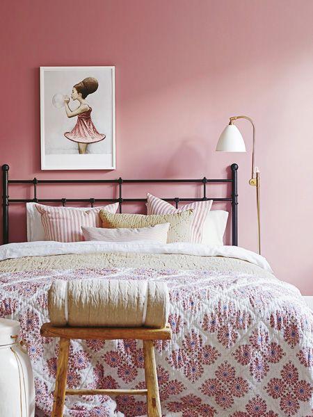 Wenn es draußen kalt und stürmisch wird, mögen wir es drinnen umso gemütlicher. Perfekt dafür sind rosafarbene Accessoires und Möbel,