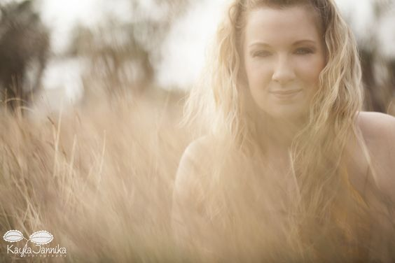 glam shoot in the field by Kayla Jannika Photography