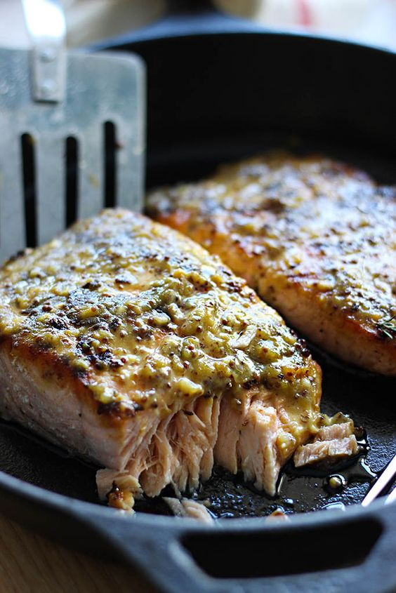 Quick and easy honey mustard salmon baked and ready in under 30 minutes. With a delicious sauce of garlic, honey and mustard!!