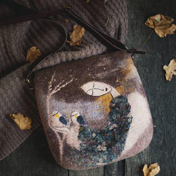 Доработали сумочку-гулену, совсем малышка 25/25, непривычный для нас размер) Как уместить в него всю любовь к материалу и сказке? Но, кажется, случилось;) #felt#feltingwool #wool#angel#fieltro #fiber#merino #валяние#валянаясумка #фелтинг