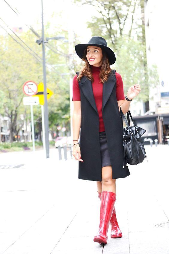 Streetstyle - Blog de moda: Llevo mi long vests, prenda estrella de este otoño, de Zara con un sweater de manga corta también de zara, mini falda de ante de Supertrash, unas bonitas botas de agua rojas de Igor y sombrero