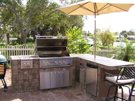 Small outdoor kitchens outdoor kitchens and lynx on pinterest for Small backyard outdoor kitchen