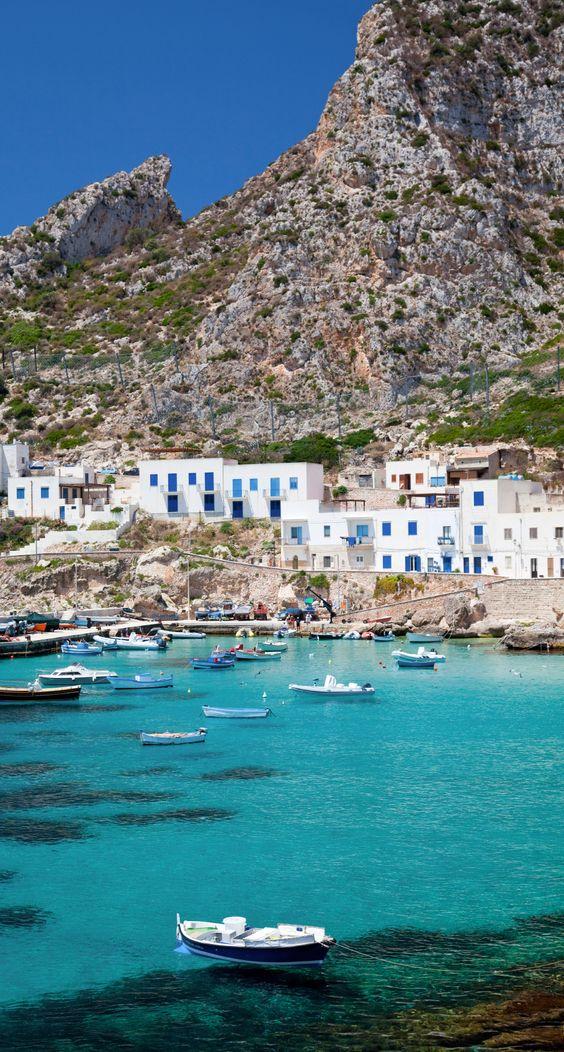 La Sicile ne manque pas d'atouts. Laissez-vous charmer par ses sites antiques comme Syracuse et Agrigente, ses petits villages perchés et ses plages de toute beauté...