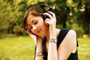 Descubre porqué escuchar música espiritual enriquece la mente y alma