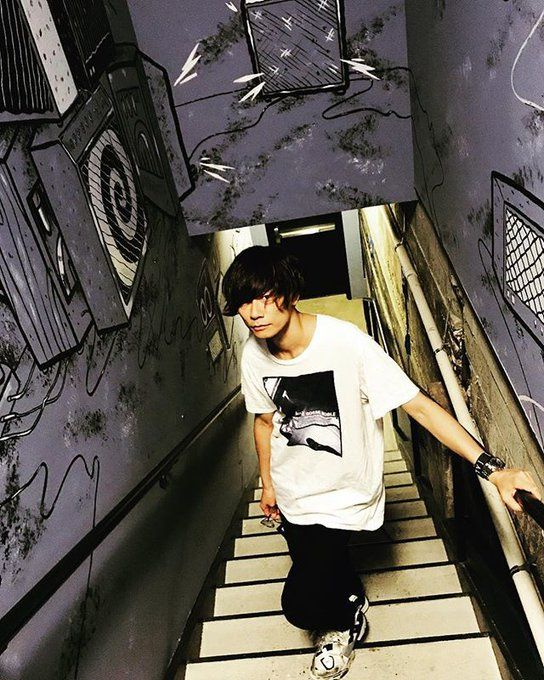 川上洋平お洒落なTシャツで見上げる壁紙