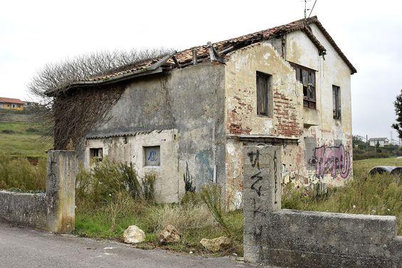 El Ayuntamiento de Santander ha declarado en ruina una casa abandonada ubicada en el número 94 de Camarreal, en Peñacastillo..