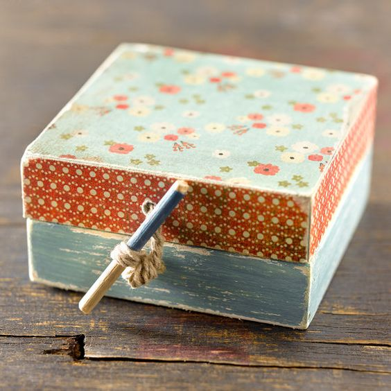 caja pequeña de madera pintada y decorada en por CAMALEONGOGO, €5.00