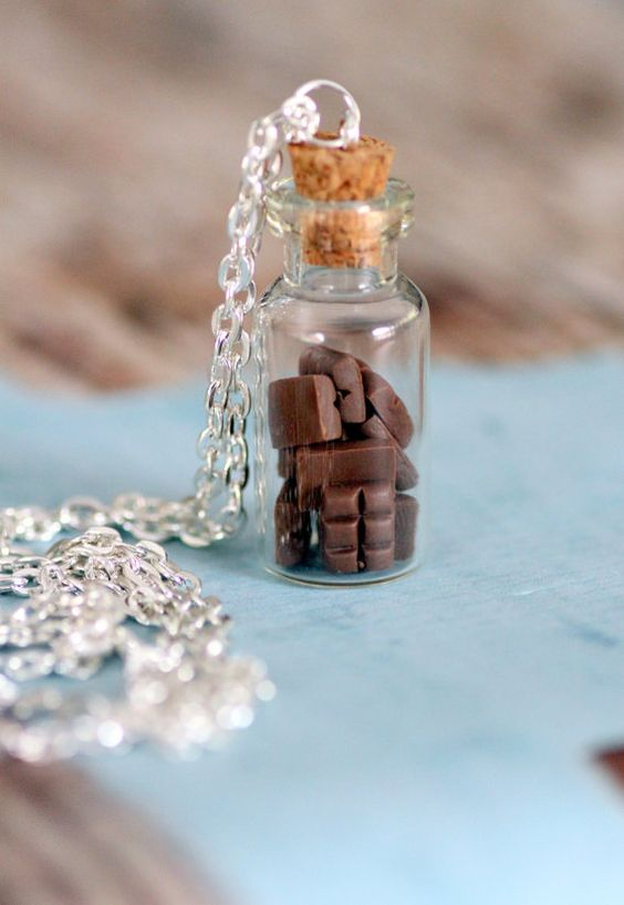 Barre de chocolat Mini flacon collier. Miniature nourriture bijoux bijoux.