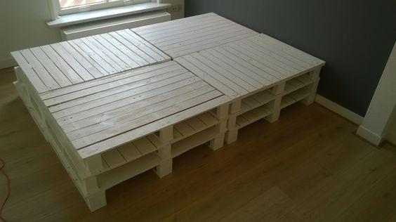 Ze staan er! Deze 12 pallets vormen een bedbodem van 200 x 140 cm. Achterwand volgt nog...