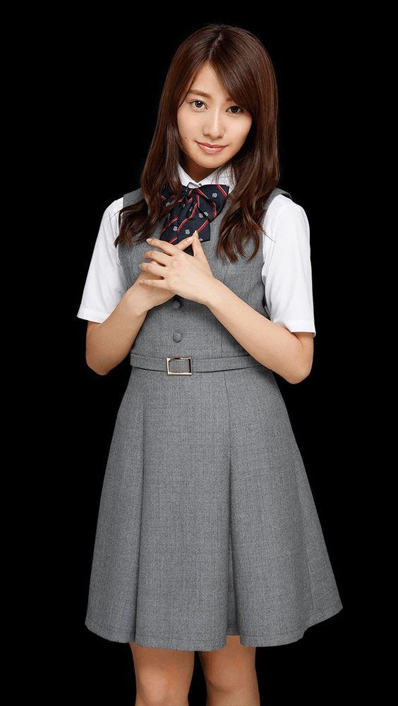 制服で胸の前で手を合わせる桜井玲香のかわいい画像