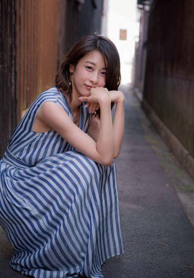しゃがみこんでいる加藤綾子