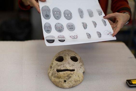 Curiosas máscaras de piedra del Neolítico reunidas por primera vez en una exposición en el Museo de Israel