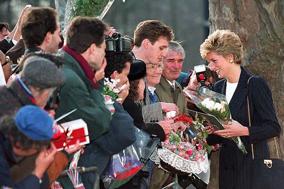 Virágcsokrokkal köszöntik a hercegnőt, miután a helyi lakosság bevonásával adománygyűjtést szerveztek londoni hajléktalanok megsegítésére Forrás: AFP