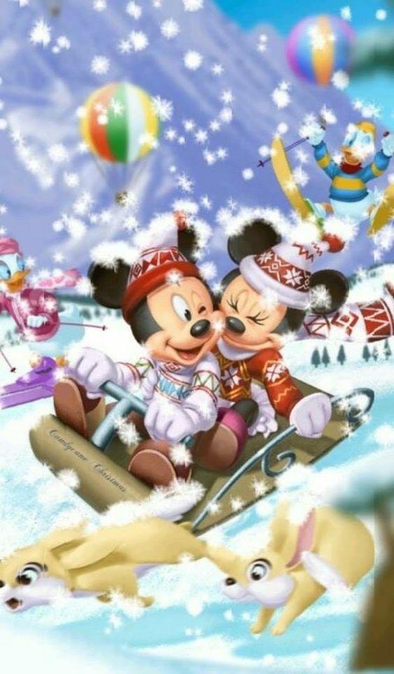 そりに乗っているミッキーマウスとミニーマウス