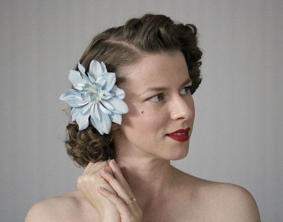 Fiore Clip di capelli blu polveroso accessorio di ChatterBlossom