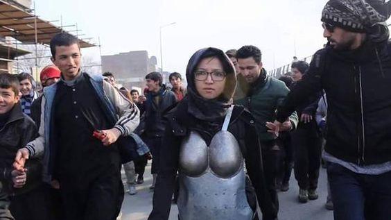 Performance de Kubra Khademi no duró ni diez minutos, a los ocho, la joven artista se precipitó en el interior de un taxi en Kabul temiendo por su seguridad.