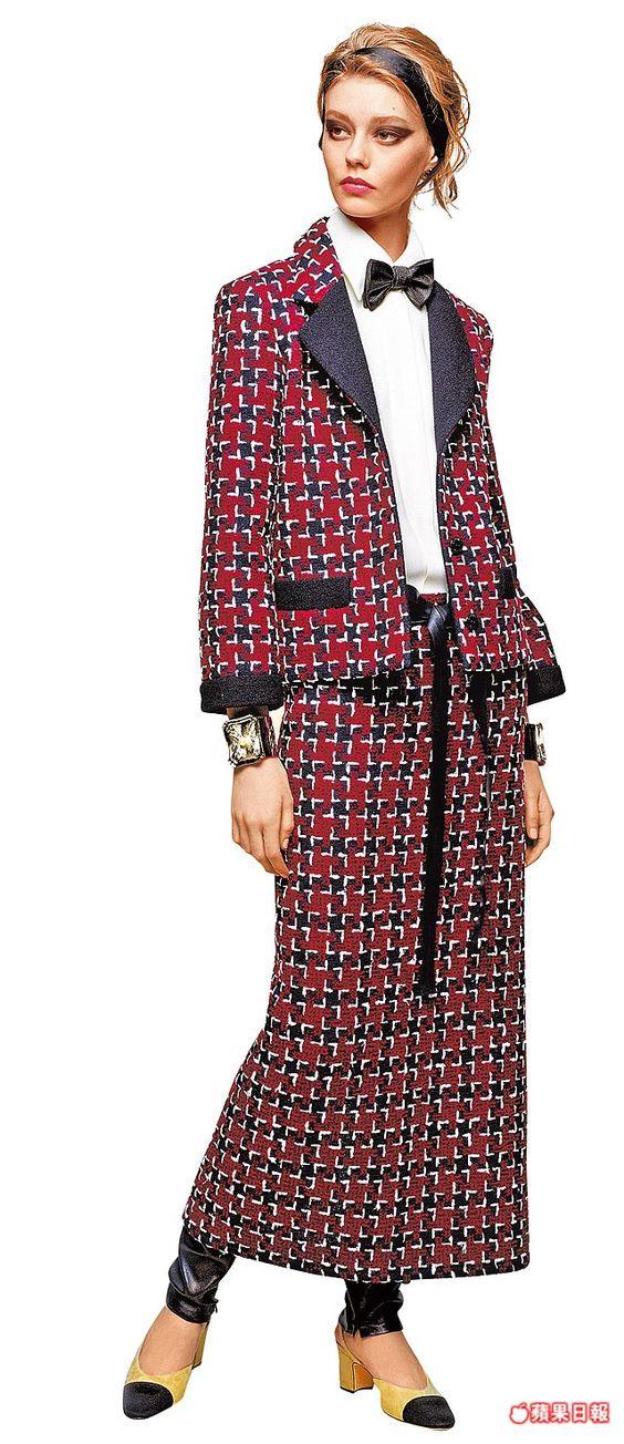 法國侍者黑白制服元素,變成了香奈兒斜紋軟呢、多層次輪廓。外套11萬7400元、圍裙4萬6100元、丹寧褲4萬4500元、領結和髮帶各為6300元
