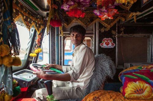 CAMIONES A TODO COLOR  El fotógrafo Dan Eckstein, durante sus viajes en la India logró retratar la particular forma que tienen de decorar los camiones que transitan por todo el país.