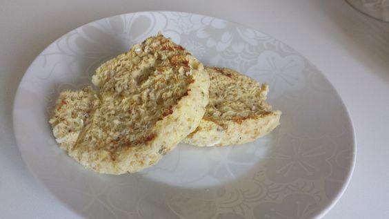 Oi gente! Este é mais uma receita super práticade fazer. Porque coisa boa mesmo é quando se pode ter praticidade na cozinha e ainda fazer coisas gostosas! Surpreenda-se com essa delícia! Essepão de microondas é super saudável e pode ser substituído pelo pãozinho integral. Você vai precisar de: :::Ingredientes::: ➸1 ovo ➸1 colher de sopa de aveia em flocos ➸colher de sopa de leite em pó desnatado ➸colher de sopa de cottage ➸colher de chá de fermento em pó ➸Temperos a gosto (foi usado…