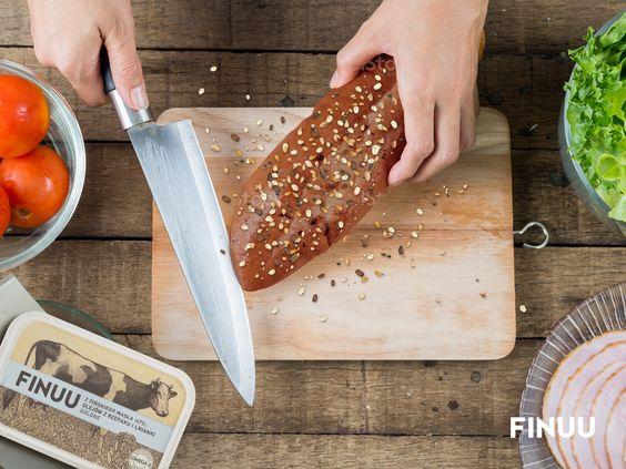 Pomysł na pyszne śniadanie - ciemne, pełnoziarniste pieczywo z FINUU i ulubionymi dodatkami - wędlina, pomidory, ser czy sałata? #finuu #finuupl #finlandia #sandwich #kanapki #pomysl #inspiracje #sniadanie #breakfast #bread #pieczywo