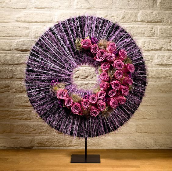 Modern flower arrangement - Lilac circle with pink roses - Stijn Cuvelier: