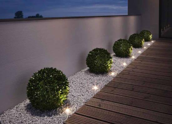 Buisson ronds avec luminaires et pierres blanches